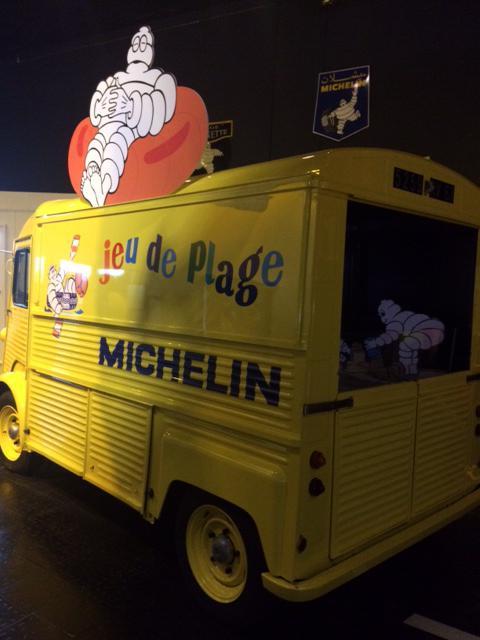 superbe camionnette avec bonhonmme Michelin vue au musée Aventure Michelin